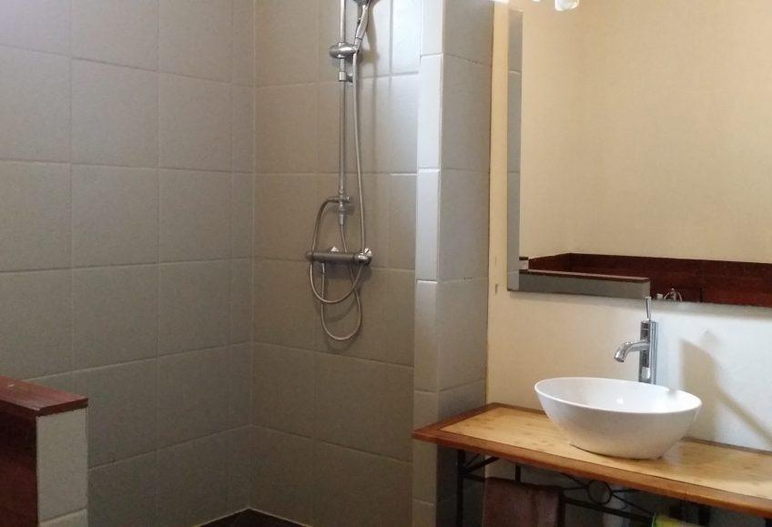 Salle de bain relookée avec notre peinture Bi-composant teinte Gris Perle de Passion Déco
